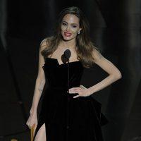 Angelina Jolie muestra pierna en los Oscar 2012
