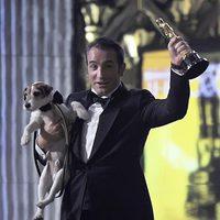 Jean Dujardin y Uggie con un Oscar 2012