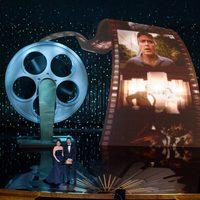 Tina Fey y Bradley Cooper en el escenario de los Oscar 2012