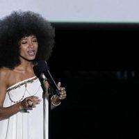 Esperanza Spalding canta durante el In Memoriam de los Oscar 2012