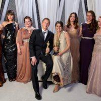 Los ganadores del oscar 2012 al mejor corto con las actrices de 'La boda de mi mejor amiga'