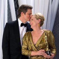 Colin Firth besa a Meryl Streep, ganadora del Oscar 2012 a la mejor actriz por 'The Iron Lady'