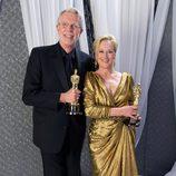 Meryl Streep y Mark Coulier posan con sus respectivos Oscars