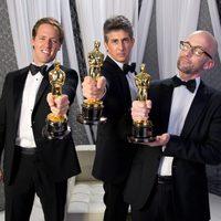 Nat Faxon, Alexander Payne y Jim Rash, ganadores del Oscar al mejor guión adaptado por 'Los descendientes'