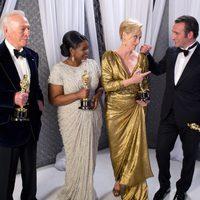 Los mejores actores de los Oscar 2012 bromean con sus estatuillas