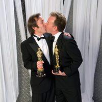 Philip Stockton y Eugene Gearty, ganadores del Oscar 2012, se besan tras la ceremonia