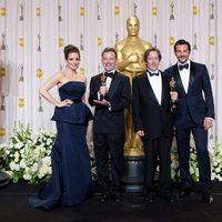 Tina Fey y Bradley Cooper posan con los ganadores del oscar 2012 al mejor montaje de sonido