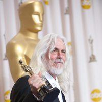 Robert Richardson posa ante los medios con el Oscar a la mejor fotografía por 'La invención de Hugo'
