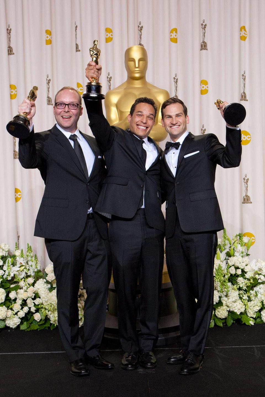 Rich Middlemas, TJ Martin y Dan Lindsay, ganadores del Oscar 2012 al mejor documental