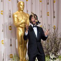 Bret McKenzie lanza al aire el Oscar a la mejor canción por 'Los muppets'