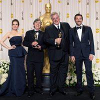 John Midgley y Tom Fleischman, ganadores del Oscar 2012 a la mejor mezcla de sonido, con Tina Fey y Bradley Cooper