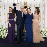 Terry George y Oorlagh George, ganadores del Oscar 2012 al mejor cortometraje por 'The shore', junto a Maya Rudolph y Kristen Wiig