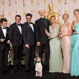 El equipo de 'The artist', con Uggie al frente, posa ante los medios en los Oscar 2012