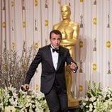 Jean Dujardin entra bailando a la sala de prensa en los Oscar 2012