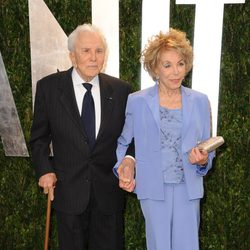 Kirk Douglas y su esposa en la fiesta de Vanity Fair tras los Oscar 2012