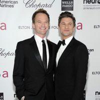 Neil Patrick Harris y David Burtka en la fiesta de Elton John tras los Oscar 2012