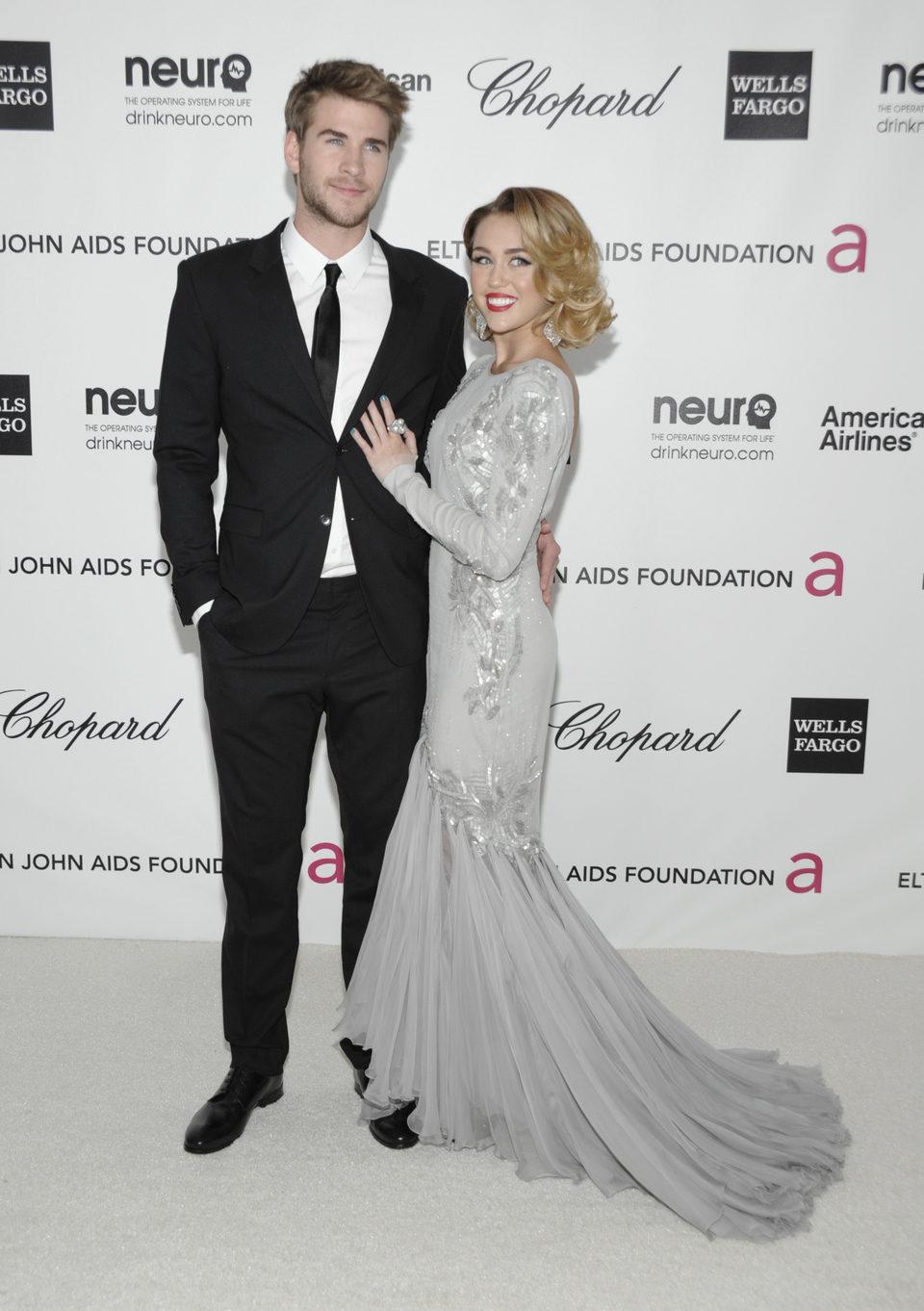 Miley Cyrus y Liam Hemsworth en la fiesta de Elton John tras los Oscar 2012