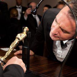 Jean Dujardin observa cómo graban su Oscar al mejor actor