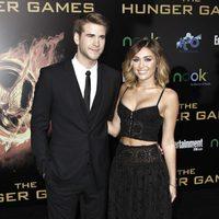 Liam Hemsworth y Miley Cyrus en la premiére mundial de 'Los Juegos del Hambre'