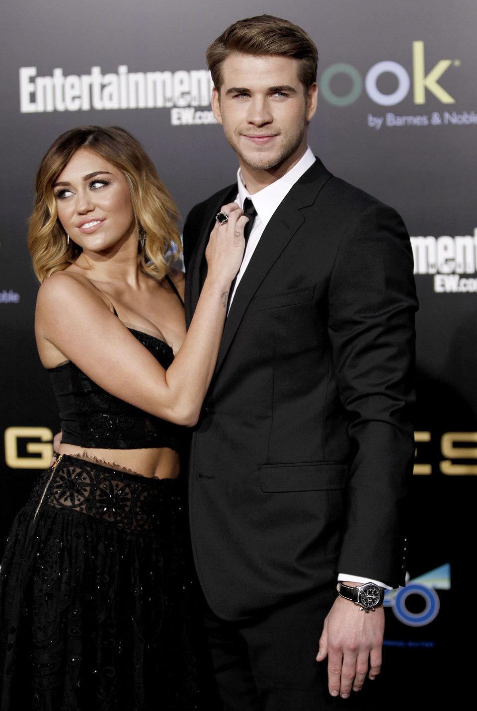 Miley Cyrus abraza a Liam Hemsworth en la premiére mundial de 'Los Juegos del Hambre'