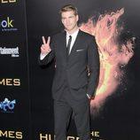 Liam Hemsworth saluda en la premiére de 'Los Juegos del Hambre'