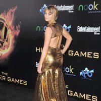 Jennifer Lawrence muestra la espalda de su vestido en la premiére de 'Los Juegos del Hambre'
