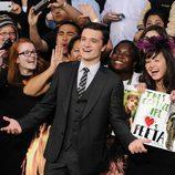Josh Hutcherson junto a sus fans en la premiére de 'Los Juegos del Hambre'