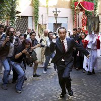 Roberto Benigni escapa de los periodistas en 'To Rome with Love'