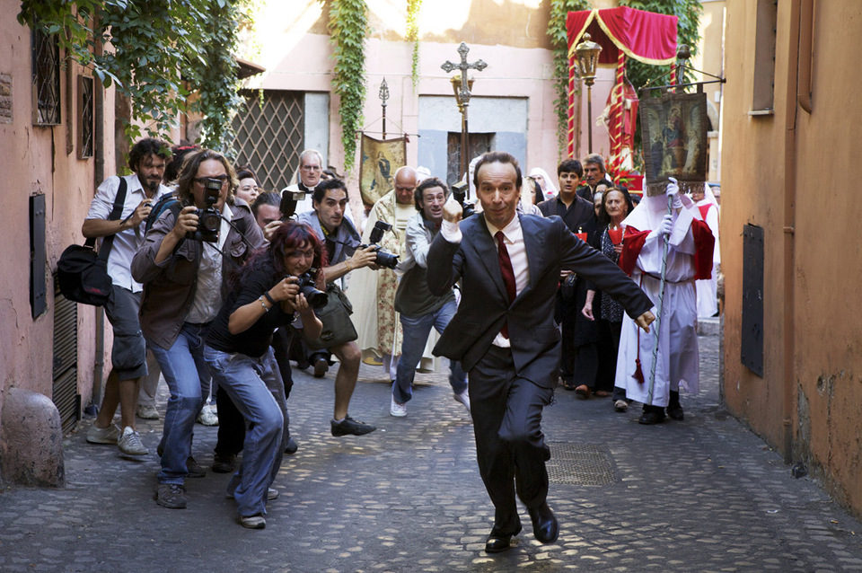 Roberto Benigni escapa de los periodistas en 'To Rome with Love'