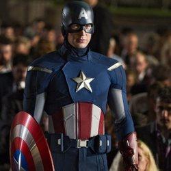 Capitán América entre la muchedumbre en 'Los Vengadores'