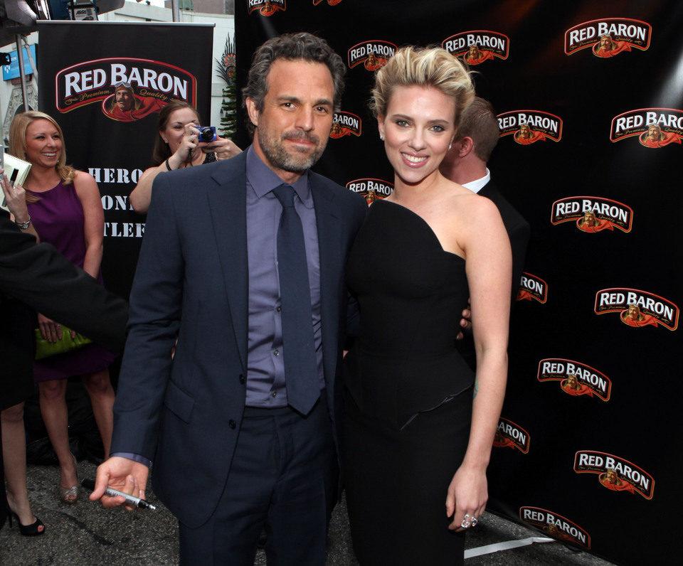 Mark Ruffalo y Scarlett Johansson en la premiére mundial de 'Los Vengadores'