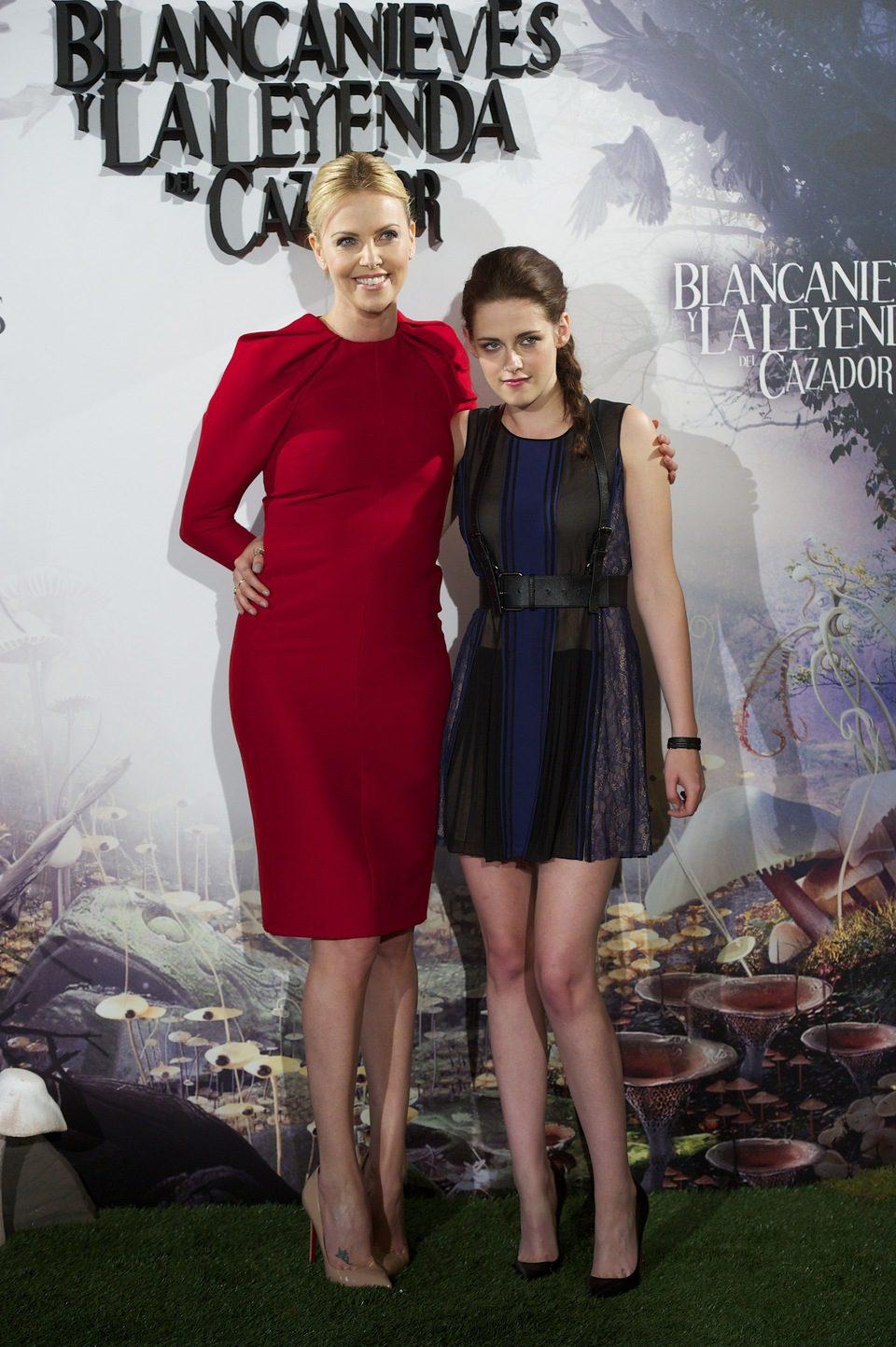 Charlize Theron y Kristen Stewart en la presentación de 'Blancanieves y la leyenda del cazador' en Madrid