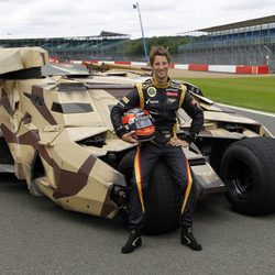 Romain Grosjean junto al Tumbler de 'El Caballero Oscuro: La leyenda renace'