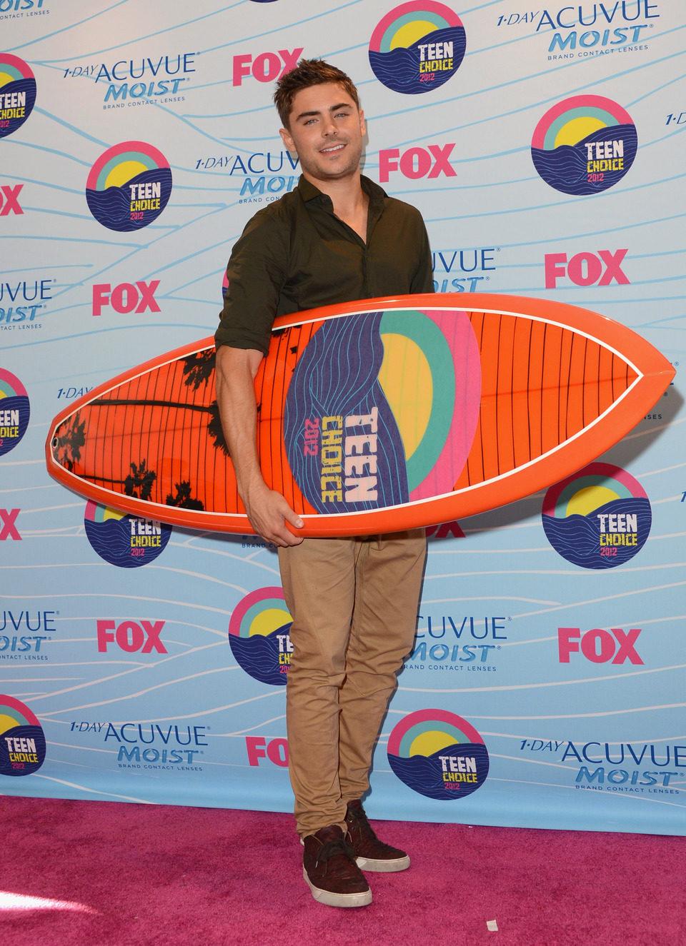 Zac Efron con su tabla de surf en los Teen Choice Awards 2012