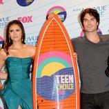 Nina Dobrev e Ian Somerhalder con su premio en los Teen Choice Awards 2012