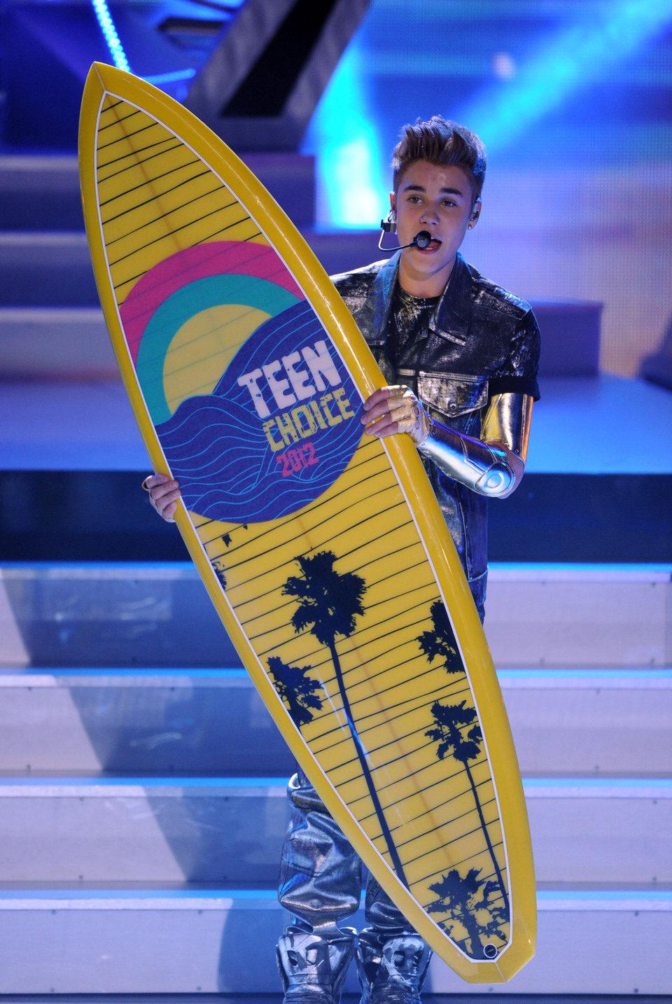 Justin Bieber con su tabla de surf de los Teen Choice Awards 2012