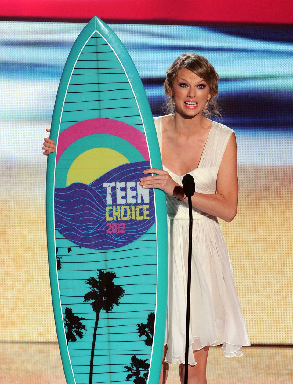 Taylor Swift con su tabla de surf de los Teen Choice Awards 2012