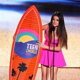 Selena Gomez con su premio de los Teen Choice Awards 2012