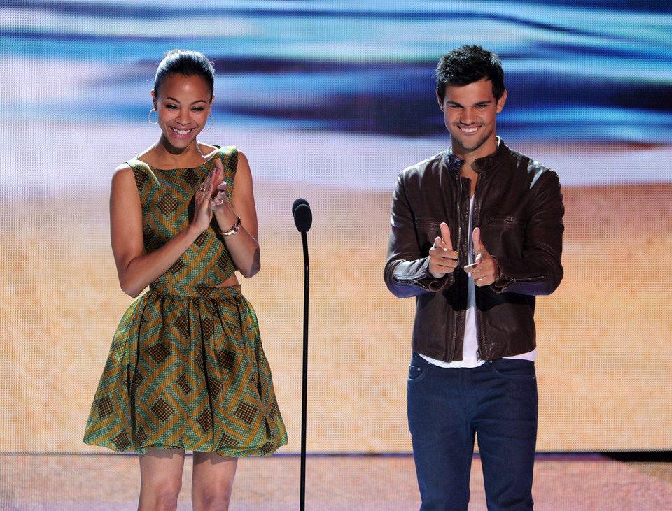 Zoe Saldana y Taylor Lautner en los Teen Choice Awards 2012