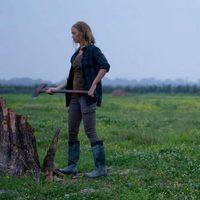 Emily Blunt cortando leña en 'Looper'