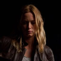 Emily Blunt en una escena nocturna de 'Looper'
