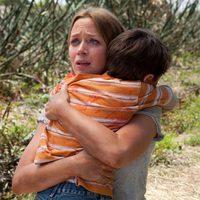 Emily Blunt abraza a un niño en 'Looper'