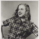 Norma Jean Dougherty con camisa de cuadros