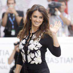 Penélope Cruz saluda en el Festival de San Sebastián 2012