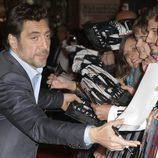Javier Bardem firma autógrafos en la premiere de 'Skyfall' en Madrid
