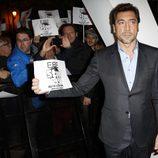 Javier Bardem con los manifestantes en la premiere de 'Skyfall' en Madrid