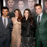 Taylor Lautner, Kristen Stewart, Stephenie Meyer y Robert Pattinson en el estreno de 'Amanecer. Parte 2' en Los Ángeles