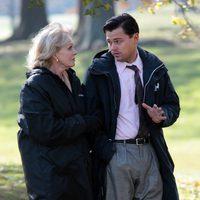 Joanna Lumley y Leonardo DiCaprio pasean abrigados por Prospect Park