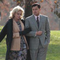 Joanna Lumley y Leonardo DiCaprio conversan en un parque