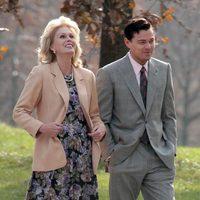 Joanna Lumley y Leonardo DiCaprio bromean en un parque de Brooklyn